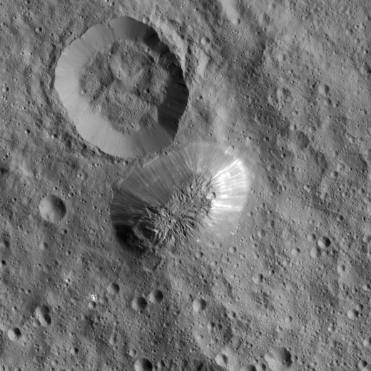 PIA20348_crop_-_Ceres_Ahuna_Mons_top_view