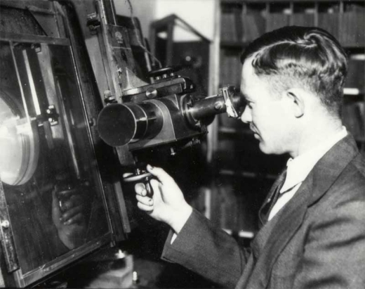 Clyde-Tombaugh-at-the-Blink-Comparator-1935ca