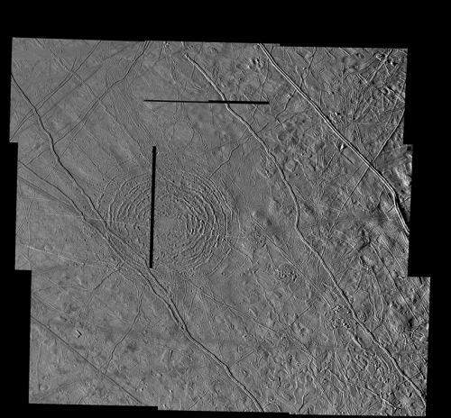 800px-PIA01633_Tyre_impact_structure_Europa